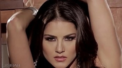 honies SUNNY UNCHAINED Sunny Leone