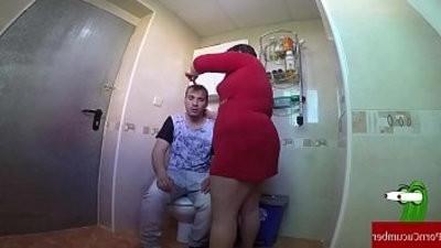 Le pilla haci una paja en el wc pero dice que estaba cagando.