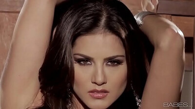 Babe cutie Sunny Leone eats fresh cum from a guy after tease