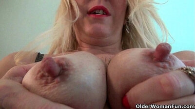 Black MILF gets her clit rubbed