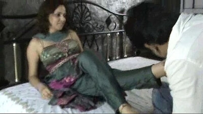 India Bhabhi gives foot play to unfathomable stranger